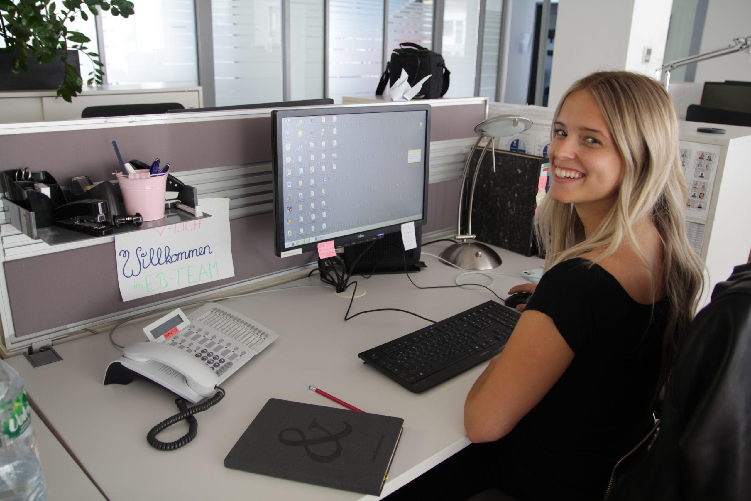 Isabel an ihrem Arbeitsplatz
